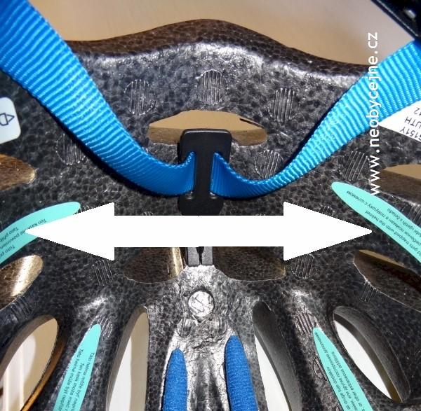 protáhnutí pásků sponou v helmě